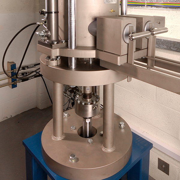 Pressure vessel for tensile and compressive hydrogen gas tests