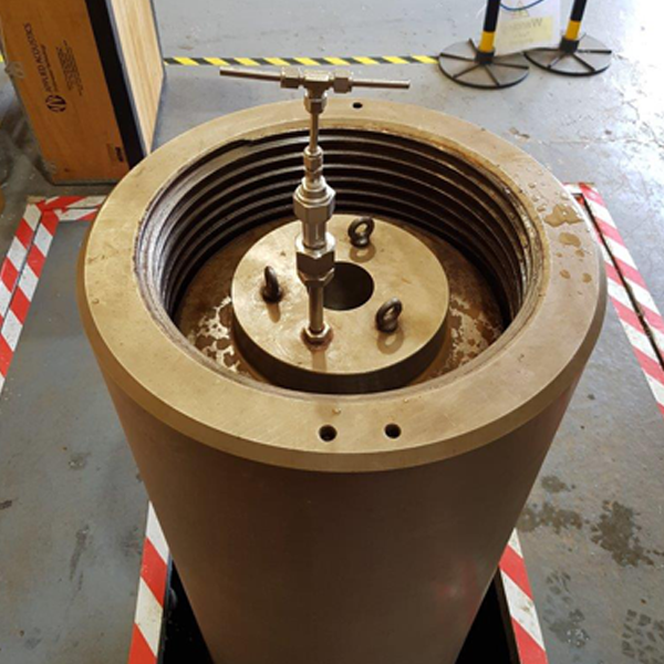 Pressure vessel for testing underwater positioning transponders and transceivers